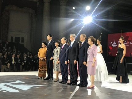 Sontirat Sontijirawong, Minister of Commerce (4th from left)
