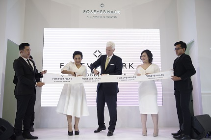 Forevermark CEO Stephen Lussier cutting the ribbon with CMK COO, Petronella Soan and Brand Manager, Devi Chayadi