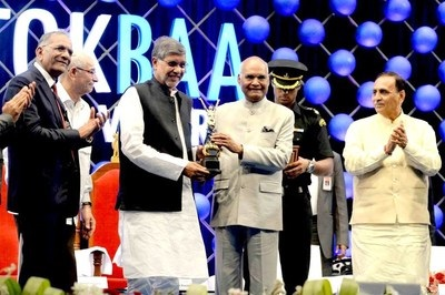 Hon. President of India Mr. Ram Nath Kovind presenting the Award to Noble Laureate Mr. Kailash Satyarthi. (PRNewsfoto/SRKay Consulting Group LLP)