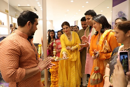 Raveena Tandon inaugrating PNG Jewellers