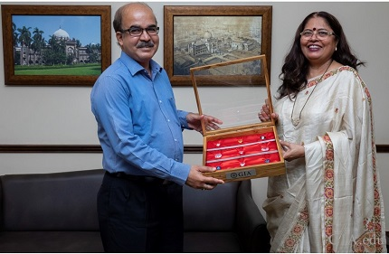Nirupa Bhatt, Managing Director of GIA India and Middle East presenting replicas of famous diamonds to Sabyasachi Mukherjee, Director General of CSMVS